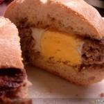 Ei in der Frikadelle Burger